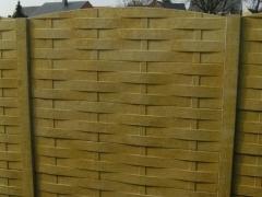 Betonnen afsluiting met houten vlechtwerk motief